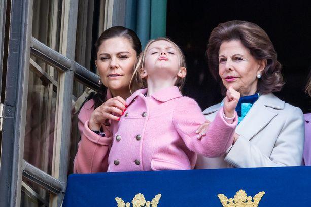 Kruununprinsessa Victoria, prinsessa Estelle ja kuningatar Silvia katselivat juhlallisuuksia parvekkeelta.
