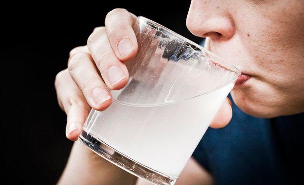 Lusikallinen ruokasoodaa lasilliseen vettä on perinteinen kotikonsti närästyksen hoitoon.