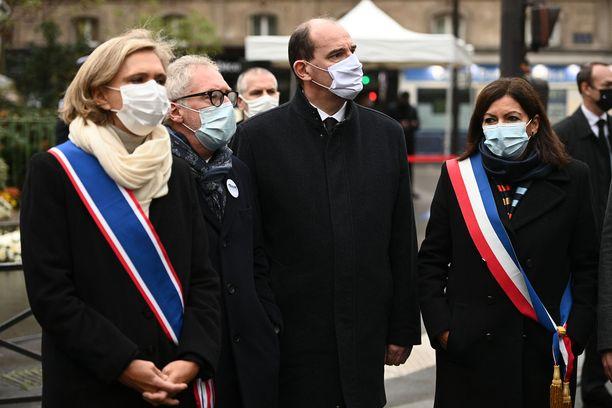 Philippe Duperron (toinen vasemmalta) menetti Thomas-poikansa terrori-iskuissa.