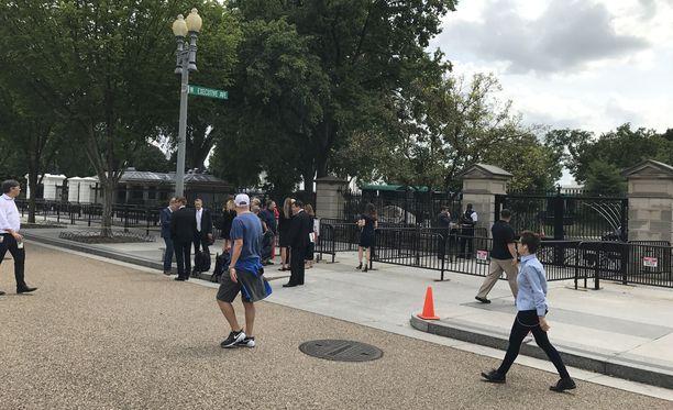 Mediaväki odotti ennen tapaamista Valkoisen talon porteilla.