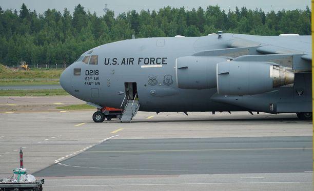 Tällainen Yhdysvaltain ilmavoimien kone toi kalustoa Helsinki-Vantaalle viime viikolla.