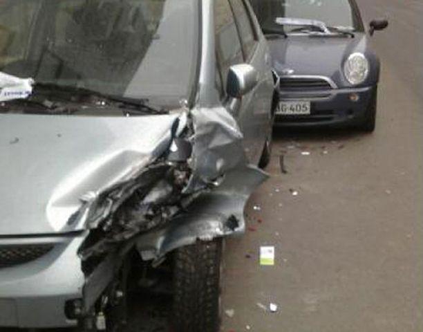 Pietarinkadulla törmäillyt autoilija teki pahaa jälkeä ensimmäisen auton keulaan.