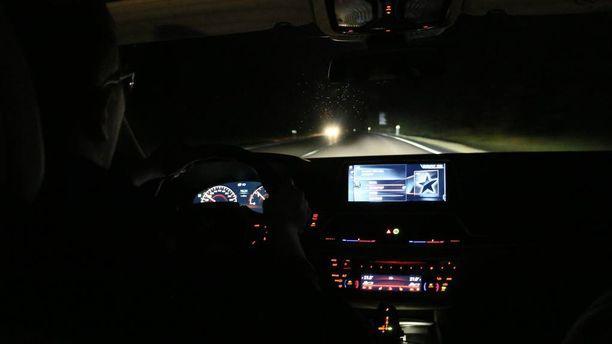 Älykkäät ajovalot muokkaavat valokuviota niin, ettei valo häikäisee vastaantulijaa pitkillä ajettaessakaan.