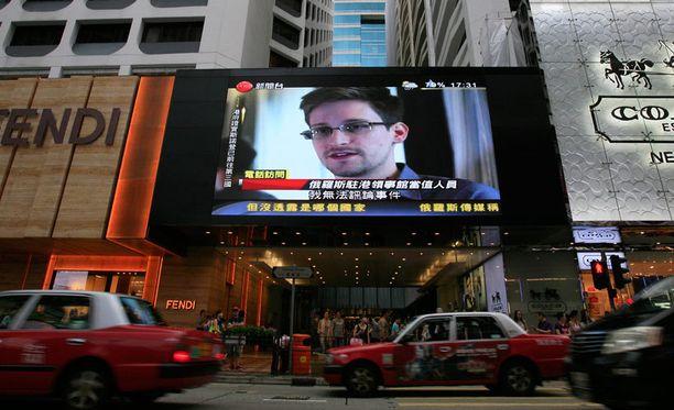 Uutislähetys Snowdenista keskellä Hong Kongin vilinää.