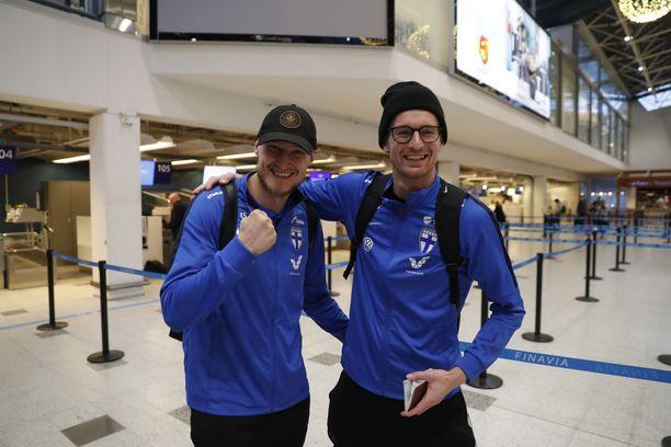 Joni Kauko ja Lukas Hradecky lähtivät Ateenaan iloisina ja myös palasivat sieltä samoissa tunnelmissa. Arkistokuva.