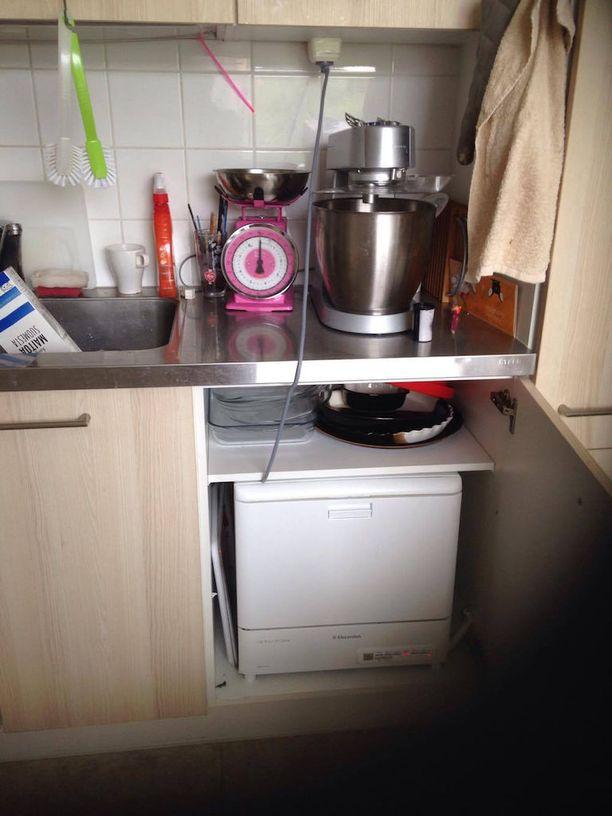 Viveca Pitkänen lähetti kuvan naapurinsa keittiön virityksestä. Hän toteaa, että asuntojen kunto vaihtelee.
