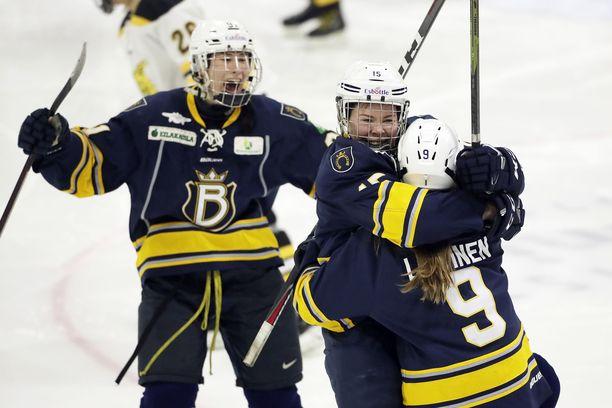 Bluesin Minttu Tuominen juhlii 2-0-maaliaan Nelli Laitisen sylissä, takana Emmi Rakkolainen.