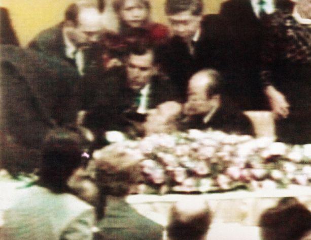 Presidentti George Bush pyörtyi Japanissa juhlaillallisilla vuonna 1991.