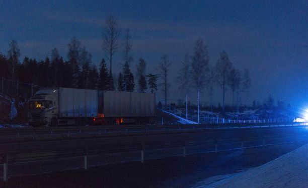 Rekka törmäsi henkilöauton perään Loviisassa torstaina.