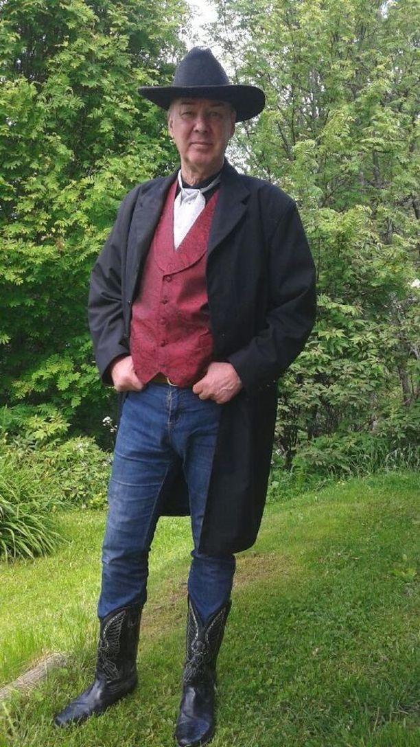 Sankamo ei ole luopunut comboy-tyylistään, vaikka villin lännen vuodet ovat jo takanapäin.