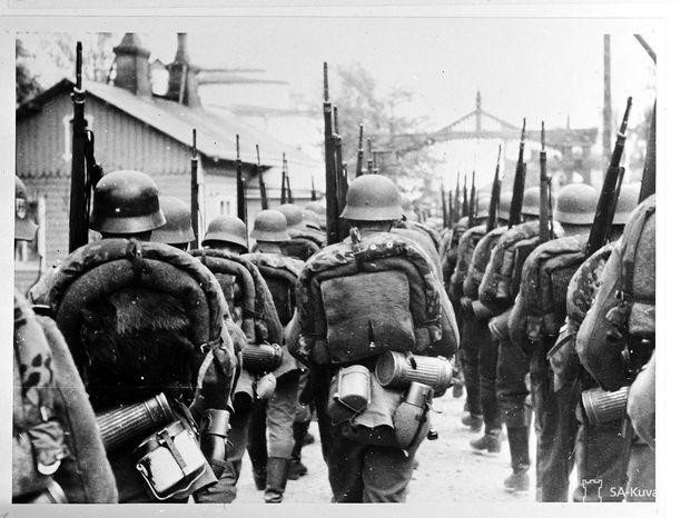 SS-miehet marssivat Hangon läpi.
