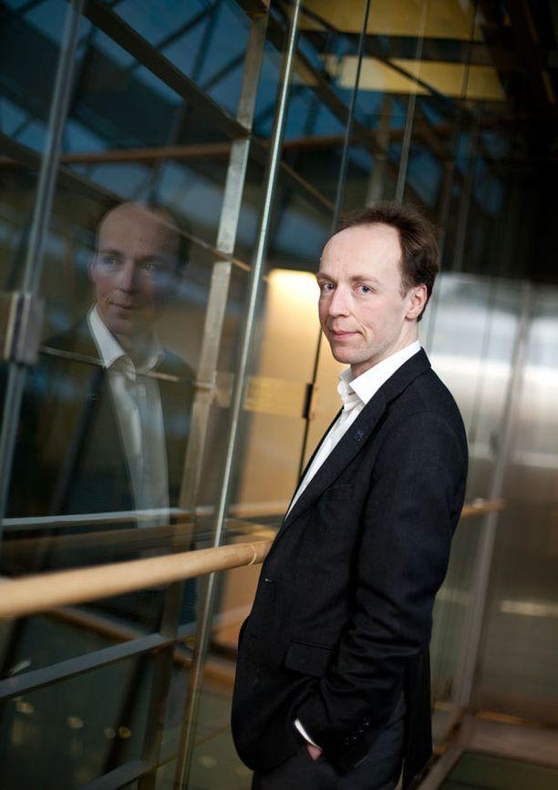 Jussi Halla-aho sai lähteä hallintovaliokunnan johdosta sakkotuomion takia.