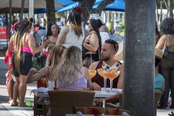Ihmisiä Miami beachilla Floridassa perjantaina.