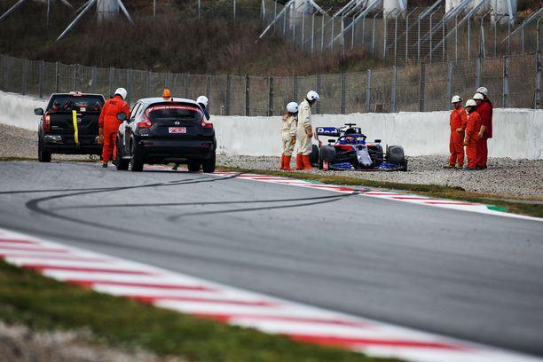 Alexander Albon pyöräytti Toro Rossonsa soralle.