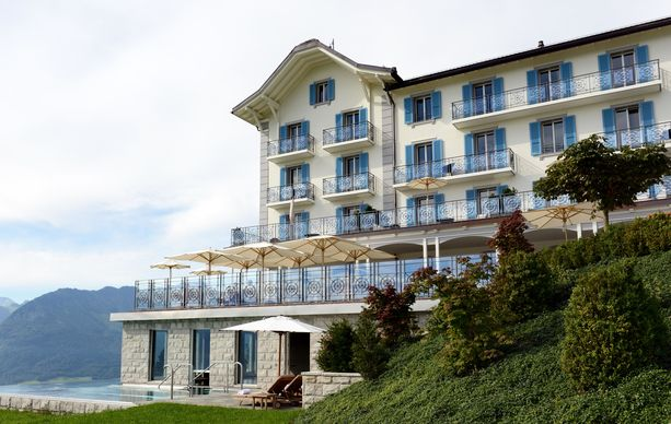 Hotel Villa Honegg. Vasemmassa alanurkassa näkyy sen kuuluisa uima-allas.
