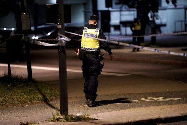 Uhrit kiidätettiin sairaalaan aamuyöstä. Poliisi tutkii rikosta murhanyrityksenä sekä vakavana aserikkomuksena.