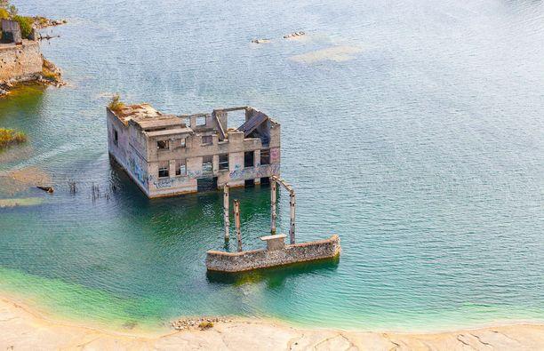 Kun louhinta lakkasi, nousi pohjavesi järveksi asti. Se peitti niin työkoneet kuin rakennuksiakin.
