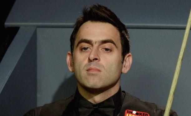 Ronnie O'Sullivan tiukentaa otettaan MM-pokaalista.