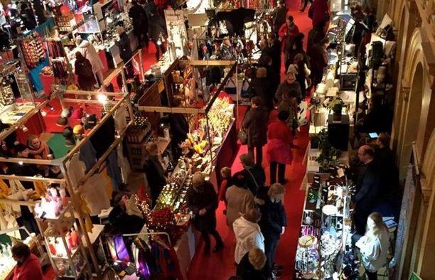 Vanhan joulutorilla voi tehdä monipuolisia ostoksia mukavasti sisätiloissa.