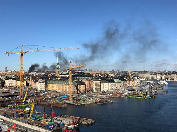 Sankka, musta savu levisi räjähdyspaikalta Tukholman keskustan ylle.