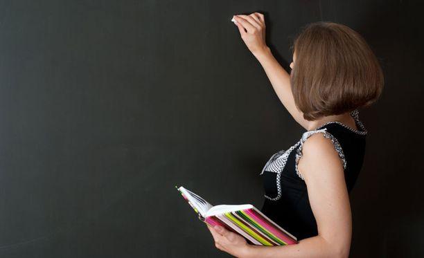 Naisopettajien epäillään tarjonneen alkoholia alaikäisille ja harrastaneen seksiä lukiolaispoikien kanssa. Kuvituskuvaa.
