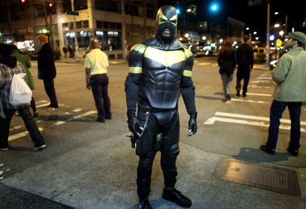 Vuorotyöläinen Seattlen kaduilla. Iltaisin Benjamin Fodor vartioi katuja.