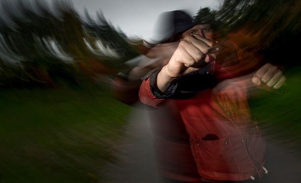 Käräjäoikeus katsoi miehen lyöneen naapuriaan kerran nyrkillä. Tämän jälkeen naapuri potki ja löi miestä. Kuvituskuva.