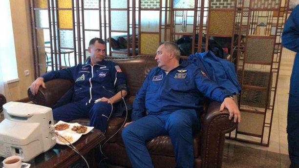 Lentäjät viedään takaisin tukikohtaan Baikonauriin Roskosmos-johtaja Dmitri Rogozinin päätöksellä.