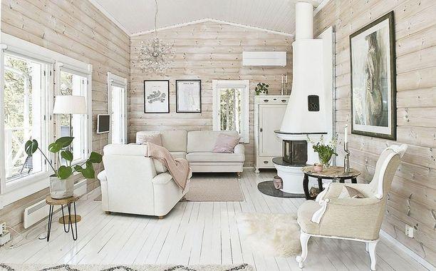 Vaaleat puuseinät ja valkoiseksi maalattu puulattia tekevät tämän huoneen ilmeestä hurmaavan. Sisustukseen on valittu harkitusta maalaisromanttisia elementtejä, kuten vanha piironki.