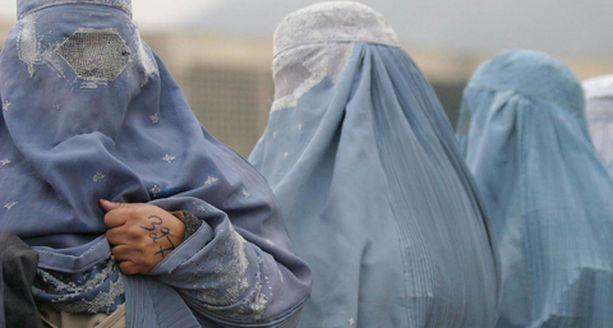 Taleban-komentaja oli valinnut valeasukseen kasvot ja vartalon peittävän naisten burkhan. Kuvan naiset eivät liity tapaukseen.