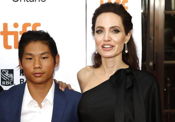 Pax on erittäin läheinen äitinsä Angelina Jolien kanssa.