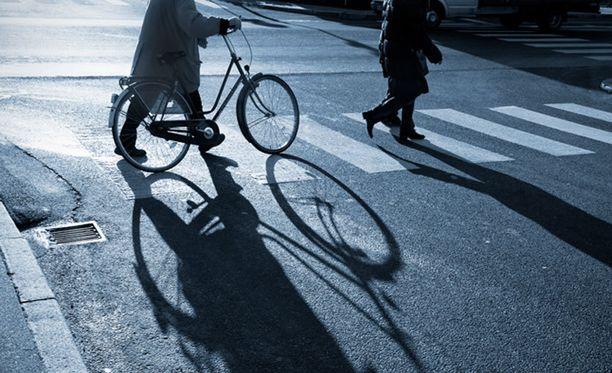 Jos pyörän taluttaa suojatien yli, on pyöräilijä silloin laskettava jalankulkijaksi.