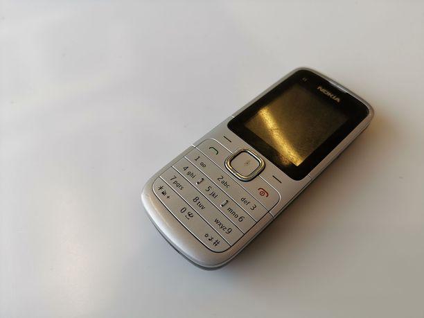 Vahvasen käytössä on yhä vanha Nokia-puhelin.