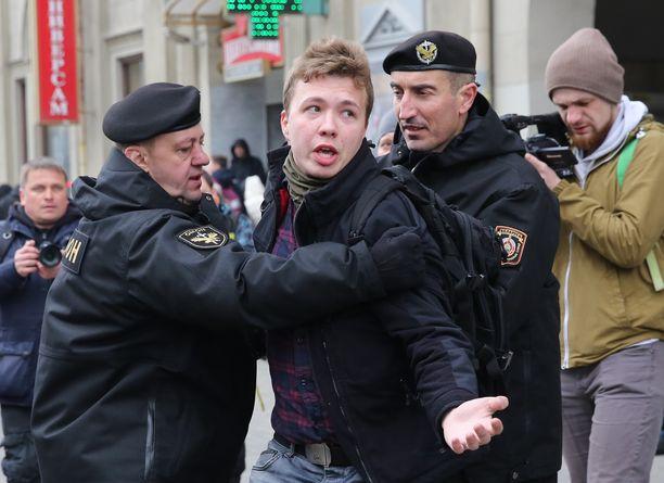 Poliisit pidättivät Roman Protasevitšin mielenosoituksesta vuonna 2017.