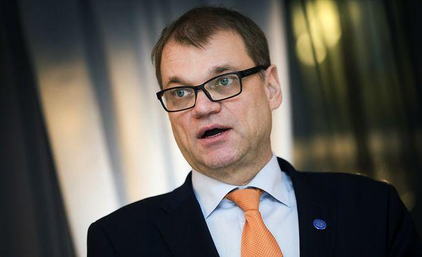 Pääministeri Juha Sipilä (kesk) perustelee eduskunnan oikeusasiamiehelle kirjoittamassaan lausunnossa, että hänen tapauksensa on kokonaan erilainen kuin aikoinaan Matti Vanhasen (kesk) ja Suvi Lindénin (kok).