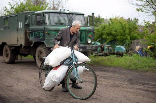 Monet siviilit ovat Ukrainan sota-alueella täysin ruoka-avustusten varassa. Kuva on otettu huhtikuun lopulla separatistien hallussaan pitämässä Horlivkan kaupungissa.