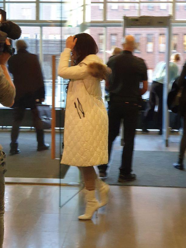 Sofia Belórf saapui aamulla käräjäoikeuteen. Belórf väisteli mediaa ja käveli suoraan käräjäoikeuden kahvioon.