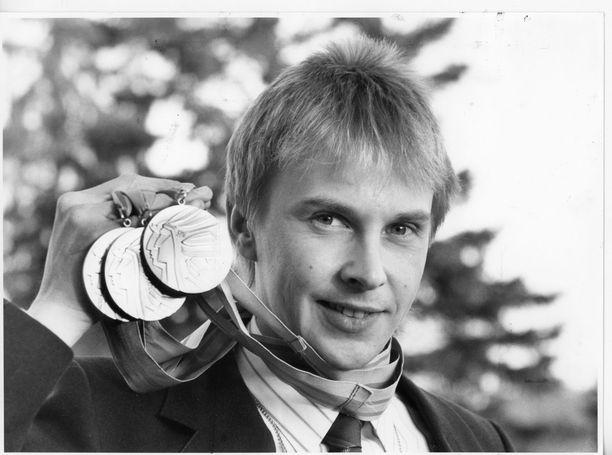 Matti Nykänen (1963–2019) voitti hyppyurallaan muun muassa neljä olympiakultaa. Kuvassa kolmen kullan saalis Calgarystä 1988.