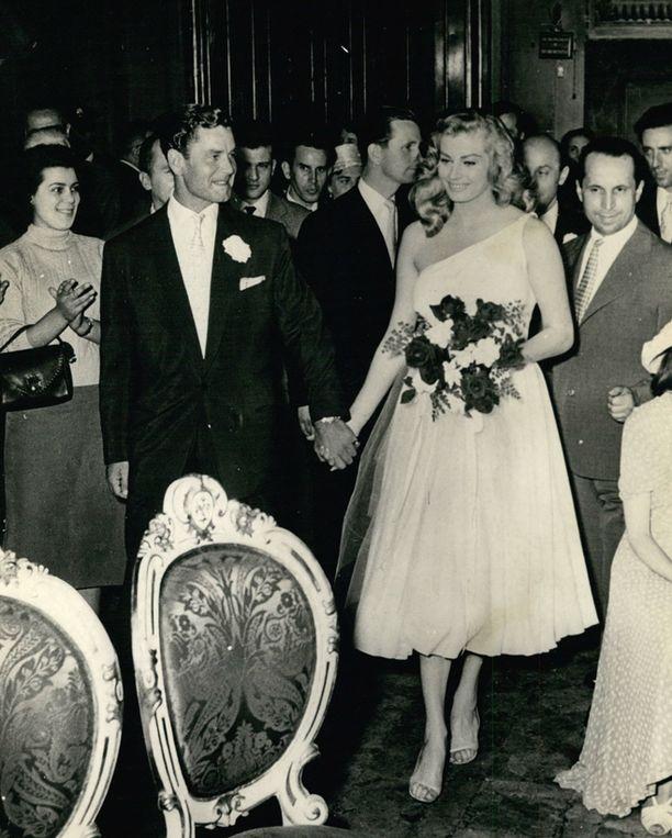 Anita Ekbergin ensimmäinen avioliitto englantilaisen näyttelijä-laulaja Anthony Steelin kanssa kesti kolme vuotta.