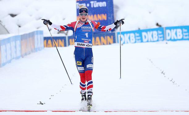 Johannes Thingnes Bö sai lopulta lasketella rauhassa maaliviivan yli.