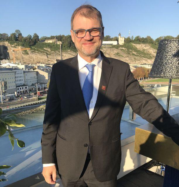Pääministeri Juha Sipilä kertoo saunovansa myös naisten kanssa.
