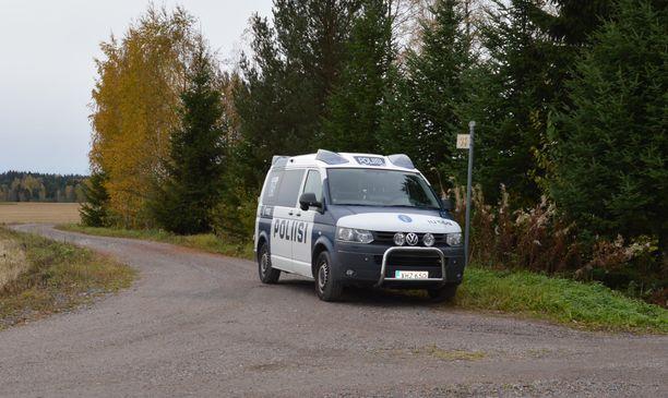 Poliisit olivat varmistamassa, että etsinnät voitiin tehdä häiriöittä.