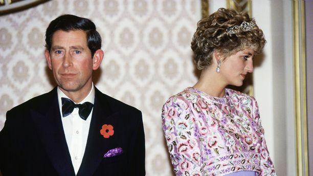 Charlesin ja Dianan avioliitto ei ollut onnellinen. Diana oli antanut aiheesta kohutun haastattelun vain vuotta ennen ehdottamaansa sopimusta.