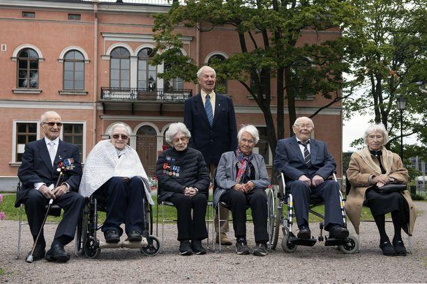 Näyttelyyn tarinansa kertoneet seitsemän 100-vuotiasta kuvattiin yhdessä Hakasalmen huvilan edessä perjantaina.