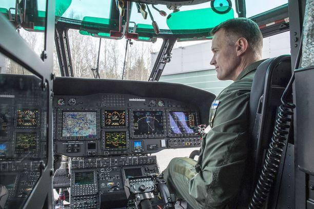 Suomen rajavartiolaitoksella on noin 2000 sotilasvirkaa, joissa hoidetaan Suomen sisäiseen ja ulkoiseen turvallisuuteen liittyviä tehtäviä. Lentäjä Mikko Kallio Super Puman ohjaamossa.