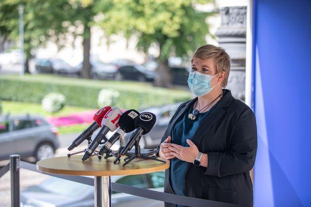 Keskustan puheenjohtaja Annika Saarikko näkisi vaalikauden lopulla mahdollisena alentaa palkkaverotusta.