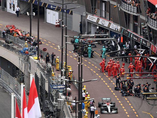 Valtteri Bottas jättäytyi muutaman sekunnin päähän Lewis Hamiltonista, jotta Mercedes pystyi tekemään kaksi stoppia samalla kierroksella. Tässä Hamilton on jo tehnyt oman stoppinsa, Bottas ajaa juuri Mercedeksen varikkoruutuun, ja Max Verstappen sekä Sebastian Vettel tulevat hänen takanaan.