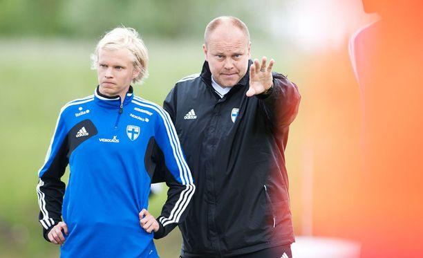 Mixu Paatelainen antaa uusille pelaajille tilaisuuden Latviaa vastaan sunnuntaina. Kuvassa lisäksi Toni Kolehmainen.