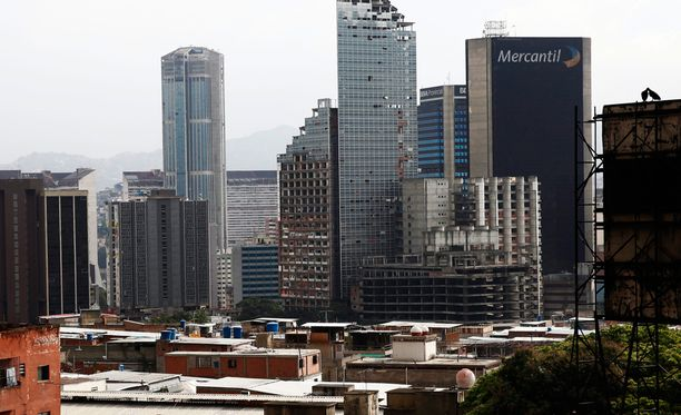 Köyhyys ja rikollisuus riivaa Venezuelaa. Vuonna 2007 kuvassa näkyvä 45-kerroksinen pilvenpiirtäjä vallattiin maan pääkaupungissa Caracasissa. Nyt rakennuksessa asuu noin tuhat ihmistä.