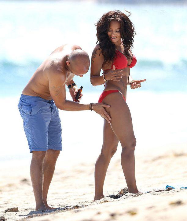 Aviomies Stephen Belafonte auttoi aurinkorasvan levittämisessä.